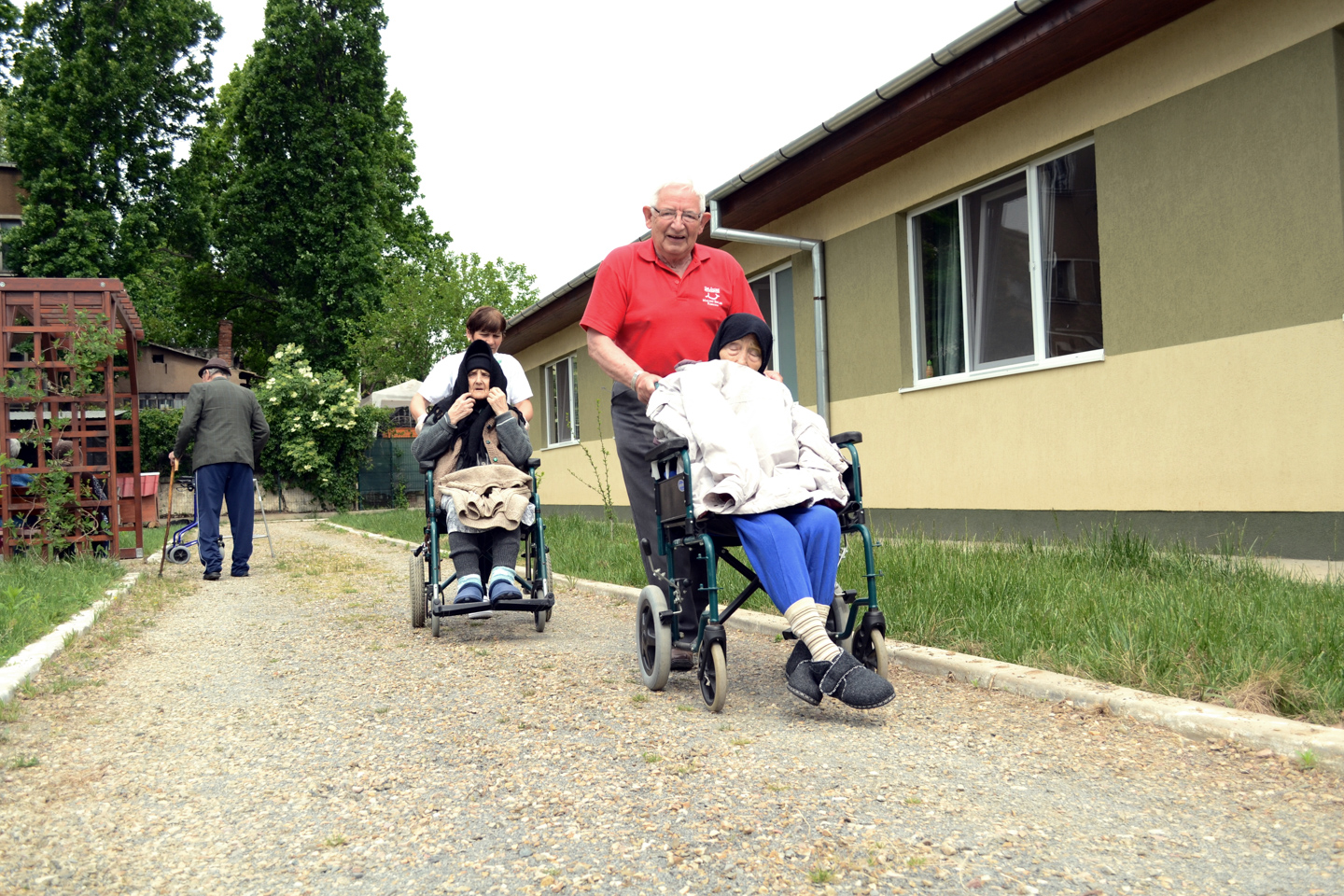 smiles500-elderly-centre-oradea-fresh-air